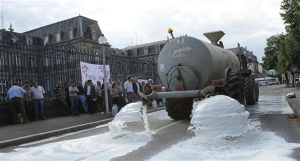 Manifestation des producteurs de lait devant la préfecture de Colmar
