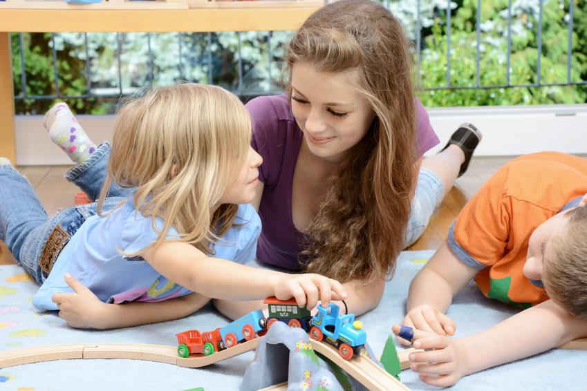 Une babysitter s'amuse avec un enfant