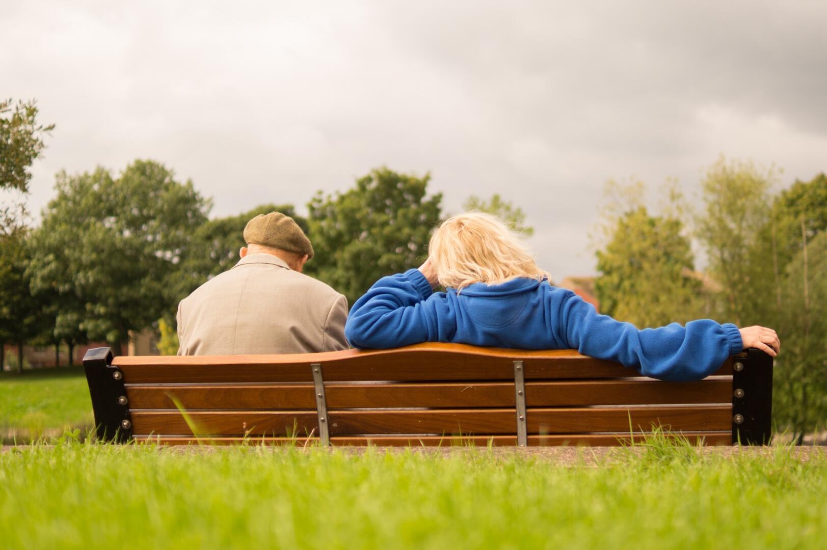 Seniors sur un banc